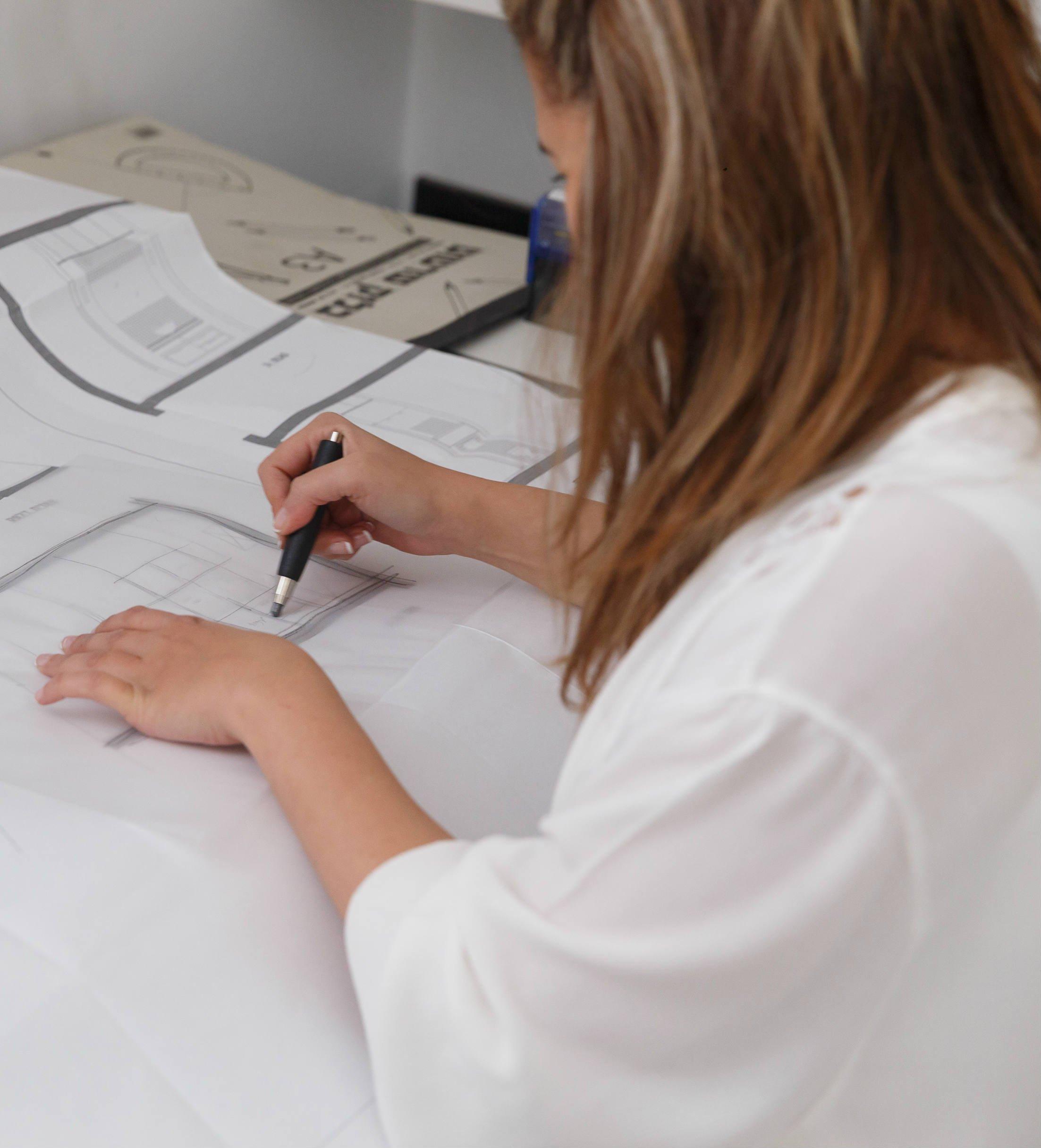הקו הראשון על הנייר סקיצה אדריכלית